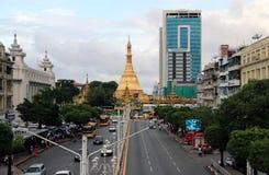 Goldenes Achteck der Sulapagode gelegen im Herzen von im Stadtzentrum gelegenem Rangun, es mehr als 2.600 Jahre alt machend Stockbild