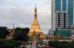 Goldenes Achteck der Sulapagode gelegen im Herzen von im Stadtzentrum gelegenem Rangun, es mehr als 2.600 Jahre alt machend Stockfotografie
