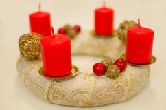Goldenes Advent Wreath Lizenzfreie Stockbilder