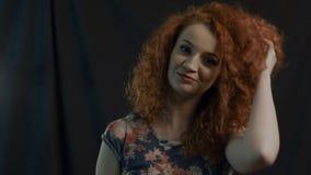 Goldenes Art und Weisemädchenportrait Wellenförmiges rotes Haar schwarzes stock footage