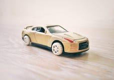 Goldenes Auto des Spielzeugs Stockbild