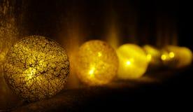 Goldenes Balllicht von Weihnachten Stockfoto