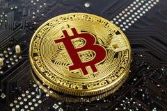 Goldenes bitcoin auf der schwarzen Hintergrundnahaufnahme Virtuelles Geld Cryptocurrency Lizenzfreie Stockfotos