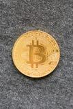 Goldenes bitcoin auf grauem Hintergrund Bitcoin ist eine moderne Weise des Austausches und diese Schlüsselwährung ist bequeme Zah lizenzfreie stockfotografie