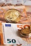 Goldenes bitcoin auf Hintergrund mit fünfzig dem Eurobanknoten Schlüsselwährung Bitcoin, Blockchain-Technologie, digitales Geld,  Lizenzfreies Stockfoto