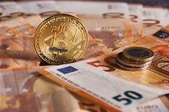 Goldenes bitcoin auf Hintergrund mit fünfzig dem Eurobanknoten Schlüsselwährung Bitcoin, Blockchain-Technologie, digitales Geld,  Stockfoto