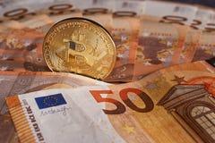 Goldenes bitcoin auf Hintergrund mit fünfzig dem Eurobanknoten Schlüsselwährung Bitcoin, Blockchain-Technologie, digitales Geld,  Stockbilder