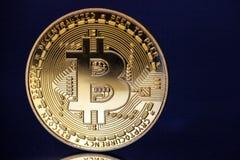 Goldenes bitcoin cryptocurrency auf dunkelblauem Hintergrund stockbilder