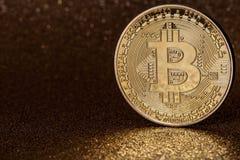 Goldenes bitcoin cryptocurrency auf glittery goldenem Hintergrund stockbilder