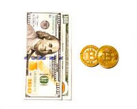 Goldenes Bitcoin Cryptocurrency und US-Dollars lokalisiert Lizenzfreie Stockfotografie
