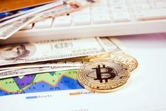Goldenes bitcoin mit dem Banknotenhintergrund begrifflich für Schlüsselwährung Stockfotos