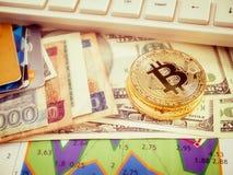 Goldenes bitcoin mit dem Banknotenhintergrund begrifflich für Schlüsselwährung Lizenzfreie Stockfotos