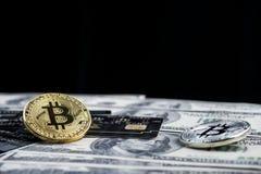 Goldenes bitcoin mit Kreditkarte auf Dollarbanknote backgr Stockfotografie