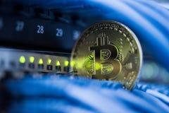 Goldenes bitcoin simbol im Blau verkabelt Nahaufnahme Cryptocurrency, Di Lizenzfreie Stockfotografie