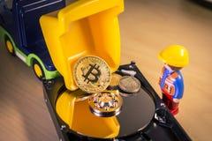 Goldenes Bitcoin tragen oder Laden auf einem LKW über einer Festplatte Lizenzfreies Stockbild