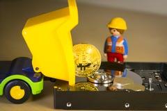 Goldenes Bitcoin tragen oder Laden auf einem LKW über einer Festplatte Lizenzfreie Stockbilder