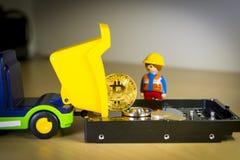 Goldenes Bitcoin tragen oder Laden auf einem LKW über einer Festplatte Lizenzfreie Stockfotografie
