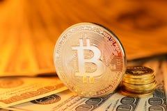Goldenes Bitcoin und Banknoten Stockbilder