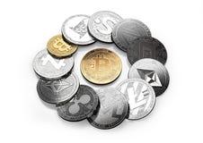Goldenes bitcoin und verschiedene cryptos herum lokalisiert auf Weiß vektor abbildung