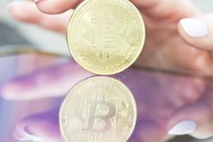 Goldenes Bitcoins neues virtuelles Geld Lizenzfreie Stockfotografie