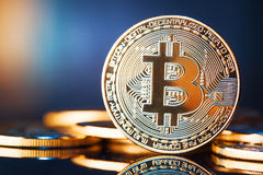 Goldenes Bitcoins neues virtuelles Geld Stockfotografie