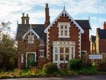 Goldenes braunes entsteintes Häuschen des alten traditionellen englischen Honigs mit Vorgarten im Berg Dinham, Exeter, Devon, Ver stockfotos