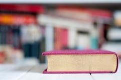 Goldenes Buch und Bibliothek Lizenzfreie Stockfotografie