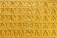 Goldenes buddhistsm Wandmuster in einem Tempel Ubon Thailand Stockbilder