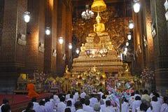 Goldenes budha Bild mit Mönch und budhist stockbild