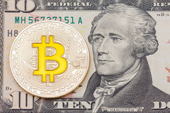 Goldenes cruptocurrency Gelb ` bitcoin auf zehn-Dollar-Banknoten-BAC Stockbild