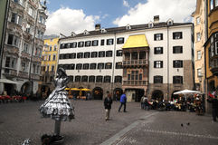Goldenes Dachmuseum und Straßenkünstler Lizenzfreie Stockfotografie