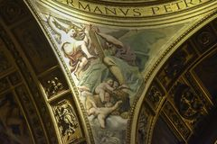 Goldenes Detail des Innenraums der Basilika von Sant 'Andrea della Valle, ein Ort der Katholisch-römischen Anbetung stockfotos
