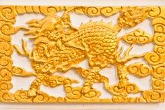 Goldenes Drache-vorangegangenes Einhorn stockbild