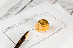 Goldenes Eagle-Münzen auf Zeitung Lizenzfreies Stockbild