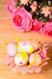 Goldenes Ei über grünem Steigungshintergrund Lizenzfreie Stockfotografie