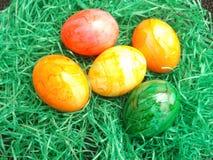 Goldenes Ei über grünem Steigungshintergrund Stockfotografie