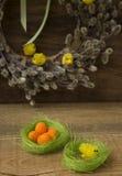 Goldenes Ei über grünem Steigungshintergrund vektor abbildung