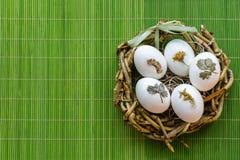 Goldenes Ei über grünem Steigungshintergrund Stockfoto