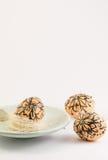 Goldenes Ei über grünem Steigungshintergrund Lizenzfreie Stockfotos