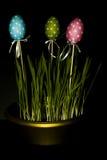 Goldenes Ei über grünem Steigungshintergrund lizenzfreie stockbilder