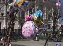 Goldenes Ei über grünem Steigungshintergrund andenken Im April 2014 Lizenzfreie Stockfotografie