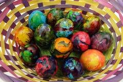 Goldenes Ei über grünem Steigungshintergrund Handgemachte gemalte Eier im Korb für Ostern-Feier lokalisiert auf weißem Hintergrun Stockbilder