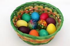 Goldenes Ei über grünem Steigungshintergrund Handgemachte gemalte Eier im Korb für Ostern-Feier lokalisiert auf weißem Hintergrun Stockfotos