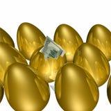 Goldenes Ei, das 2 ausbrütet Stockbild