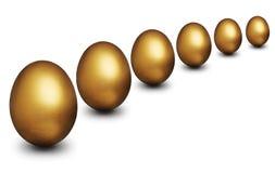 Goldenes Ei, das finanzielle Sicherheit darstellt Lizenzfreie Stockfotografie