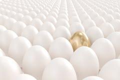 Goldenes Ei, das heraus von der Masse steht Stockfotografie
