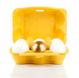 Goldenes Ei im Paket Lizenzfreie Stockfotografie