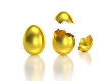 Goldenes Ei mit einem Sprung geöffnet Stockfotografie