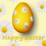 Goldenes Ei mit Gänseblümchen und fröhlichen Ostern Lizenzfreie Stockbilder