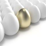 Goldenes Ei unter üblichen weißen Eiern Stockfotografie
